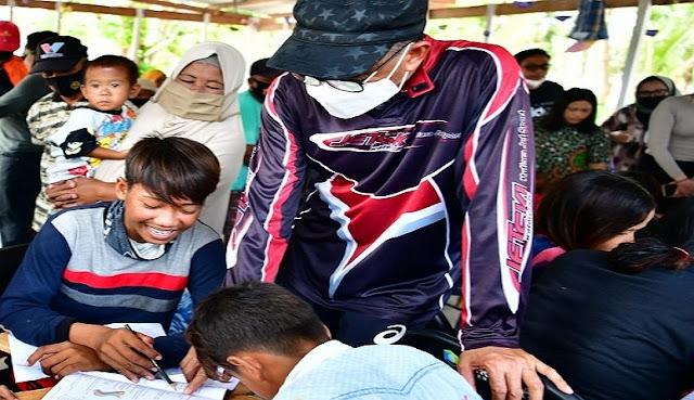 Nurdin Abdullah Bahagia Anak Pulau Lanjukang Sudah Bisa Membaca dan Menulis.lelemuku.com.jpg