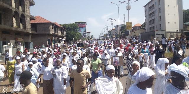 Guinée, Conakry : des femmes du FNDC dans les rues pour protester contre les tueries pendant les manifestations