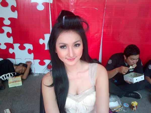 Foto Sexy Montok Cewek: PRESENTER CANTIK DEWI PUTRI GALERI FOTO