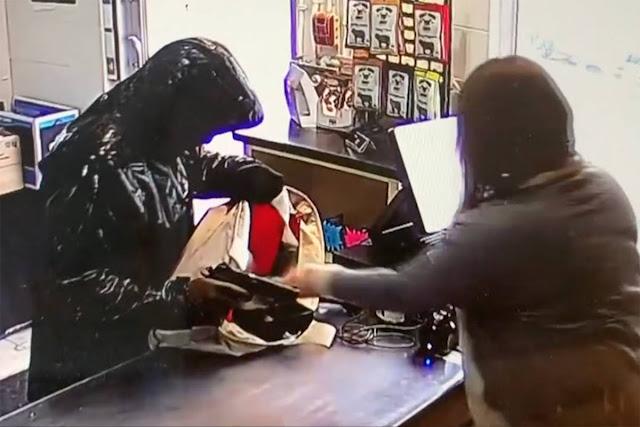Зрелищен обир само за 30 секунди: Маскирани задигнаха оборота на магазин в София (ВИДЕО)
