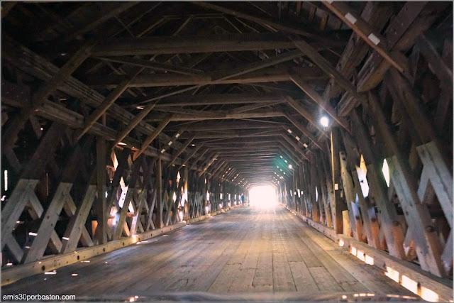 Interior del Cornish-Windsor Covered Bridge en New Hampshire