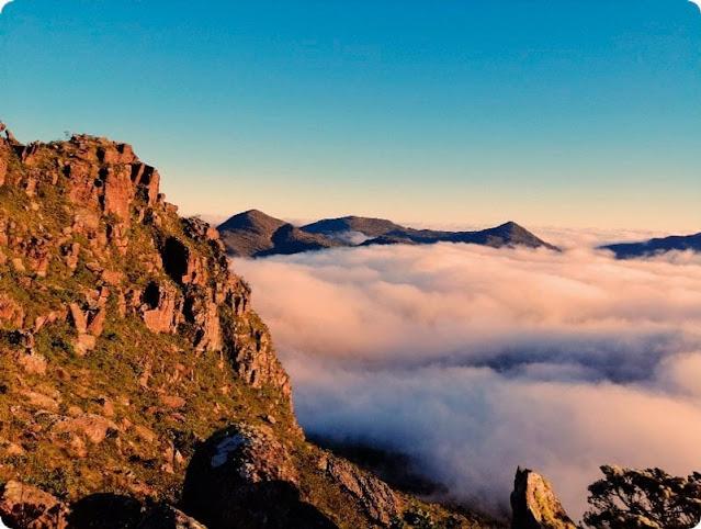 Pico do Itobira ao amanhecer – foto feita no subcume com o Pico do Barbado ao fundo. (Foto: Orlandinho Barros)