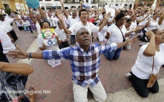 Evangélicos orando de rodillas en Colombia