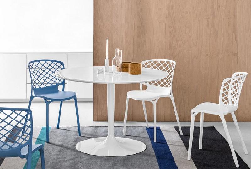 tavolo pranzo con piano rotondo in legno laccato bianco