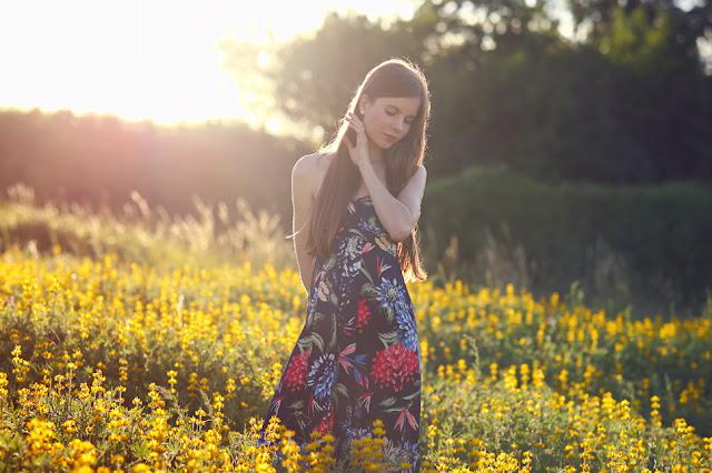 sukienka w kolorowe kwiaty stylizacja