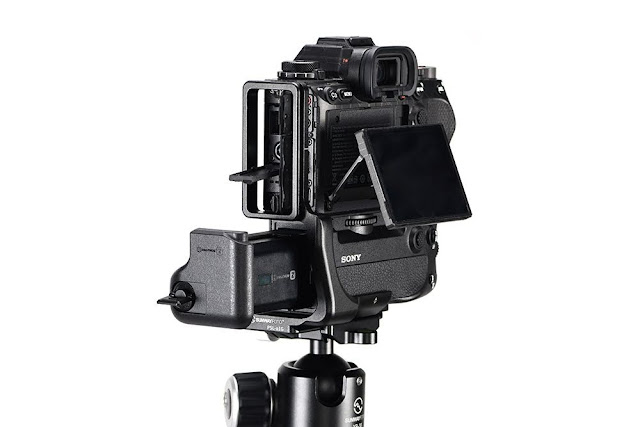 Sunwayfoto PSL-α1G L Bracket on SONY α1 side and screen and battery allowance