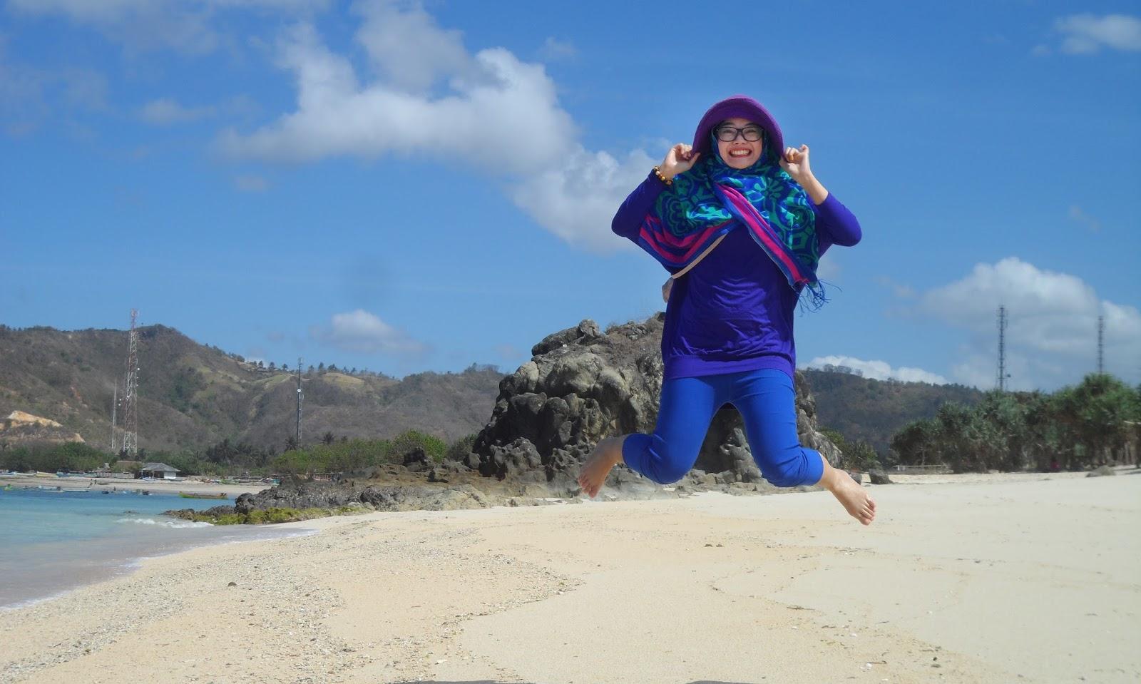 Legging Gelap cewek manis dan seksi pakai Lompat di pantai