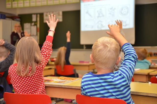 Oppilaat viittaavat raumalaisessa koulussa