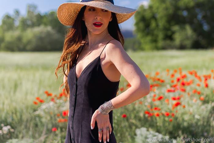 Como combinar un mono palazzo negro y sombrero en un look para el campo de amapolas