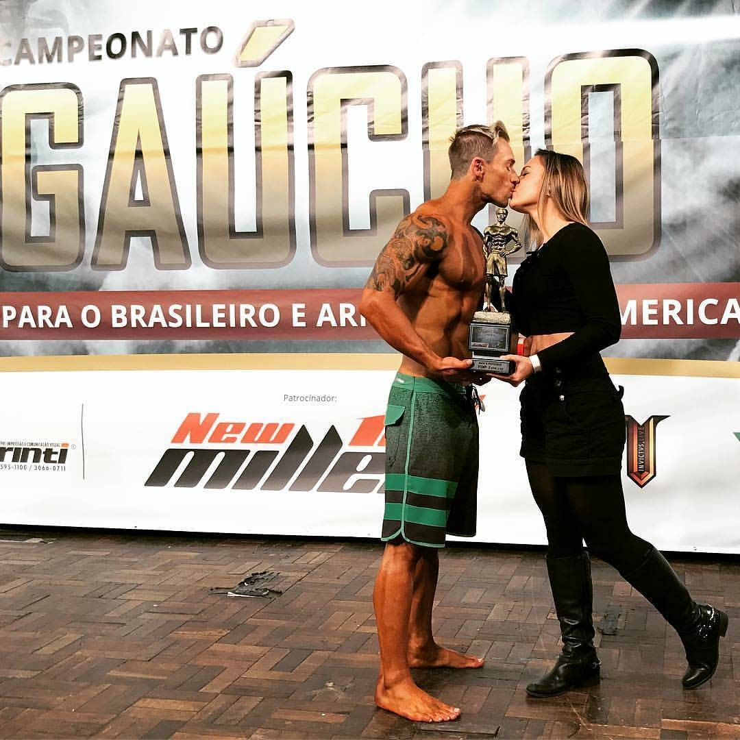 Henrique Drebes comemora a vitória com beijo na namorada Roberta Poll. Foto: Arquivo pessoal