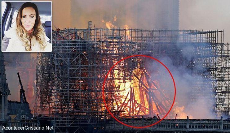 Jesús entre las llamas de Catedral de Notre Dame
