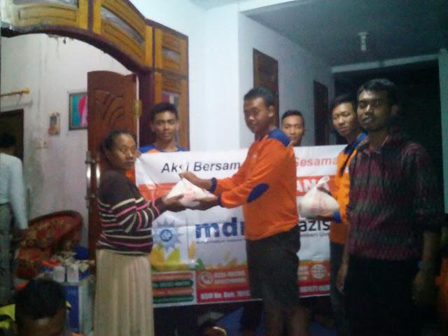 Pemberian sembako dari Lazismu Jember bersama relawan mdmc Kab. Jember kepada korban banjir