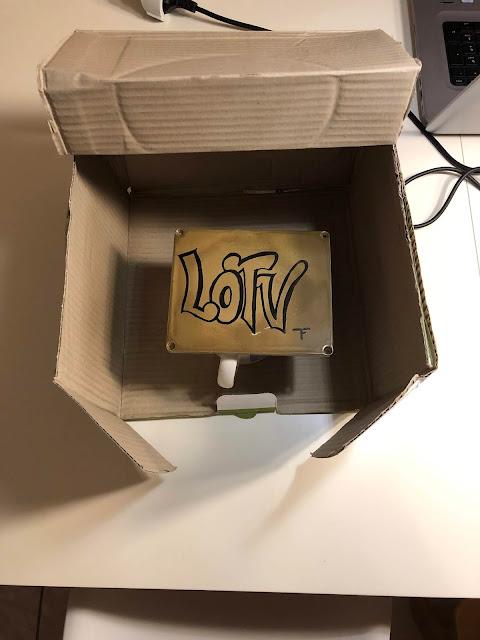 In den Ecken die Seitenwand des Kartons einschneiden und hochklappen.