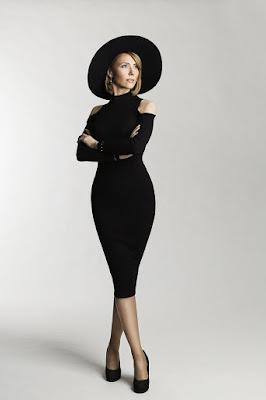 Model seksi pakai Bodycontour dress posing dan gestur penantang seorang model pemula