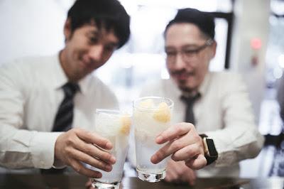 歓迎会などの飲み会で乾杯のイメージ