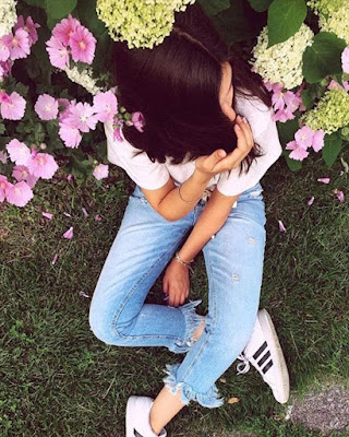 poses sentada tumblr casual con flores