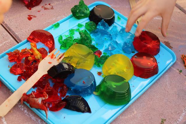 brincadeira sensorial com gelatina