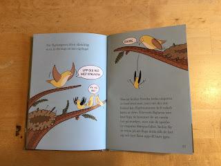 """Siduppslag ur boken där en fågelmamma puttar ner sin unge från grenen och utbrister """"Ooops"""""""