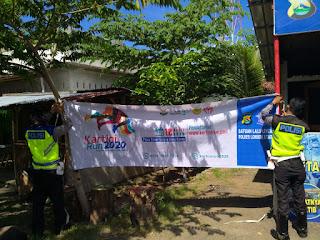 Pemasangan spanduk Kartini Run 2020 di Lombok Utara