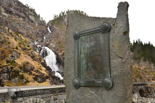 Wodospad Latefoss przy wjeździe do miejscowości Odda w Norwegii to jedna z największych atrakcji turystycznych w Norwegii.