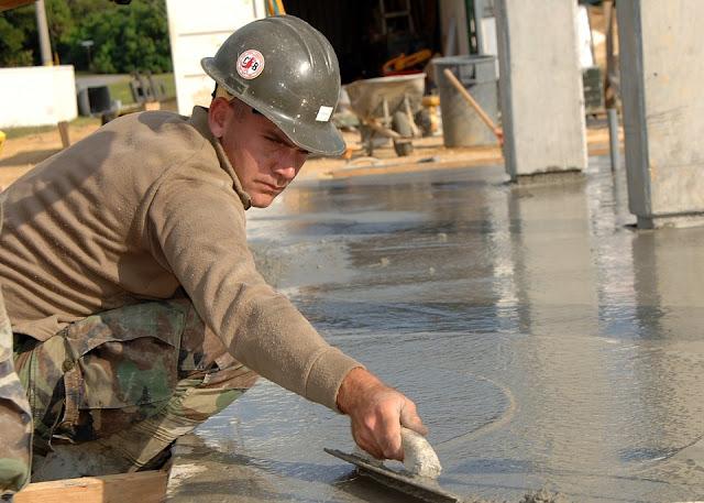 frattone-edilizia-operaio-calcestruzzo-pavimento