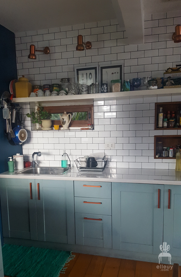 navy blue walls, loft small kitchen, tiny kitchen, vintage room, white subway tiles, vintage kitchen