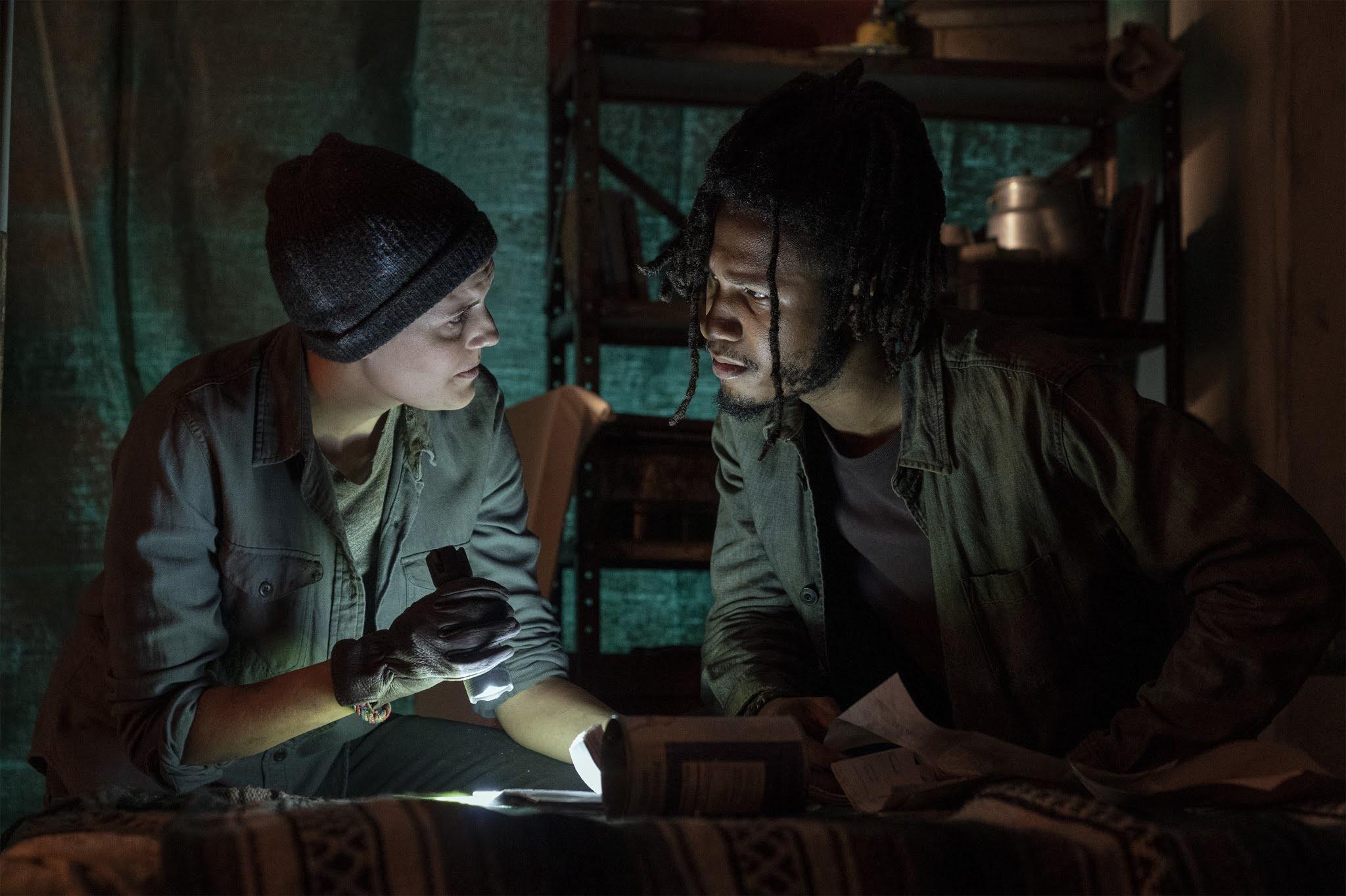 Althea y Wes revisan las cosas de Derek en Fear the Walking Dead