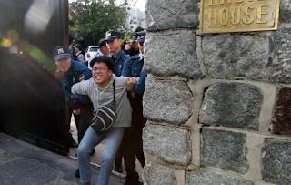 طلاب غاضبون من كوريا الجنوبية يقتحمون مقر سفير الولايات المتحدة