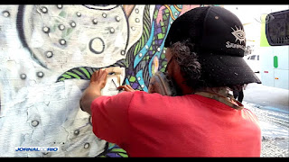 http://noticias.band.uol.com.br/jornaldorio/videos/ultimos-videos/16327876/empresas-convidam-artistas-para-levar-vida-a-tapumes-espalhados-na-cidade.html