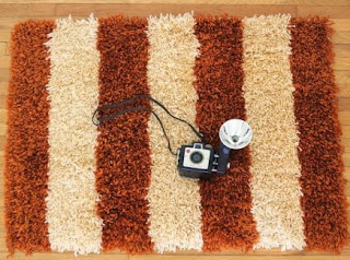 http://manualidadesreciclables.com/15829/como-hacer-alfombras-de-lana