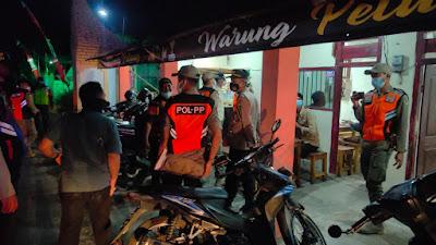Polsek Ngasem : Masa Perpanjangan Penerapan PPKM, Kerumunan Pengunjung Warung Kopi dan Angkringan Dibubarkan