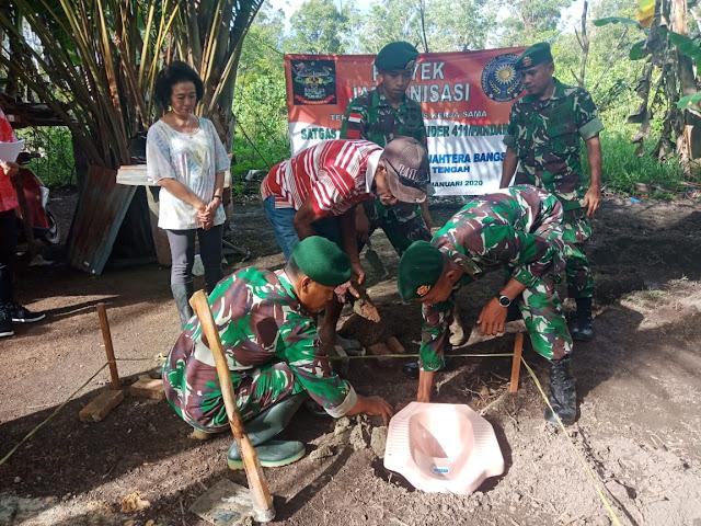 Satgas Pamtas RI-PNG Yonif 411 Kostrad Berikan Bantuan Jamban Untuk Warga Perbatasan