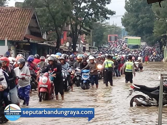 Derita Warga Saat Banjir di Bandung Selatan