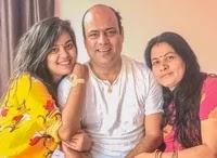 निधि झा अपने माता पिता के साथ