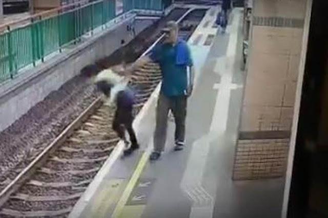 Бездомный столкнул незнакомку под поезд на глазах у шокированных пассажиров метро — видео