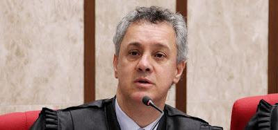 Desembargador do TRF4 admite que ignorou lei para manter Lula preso