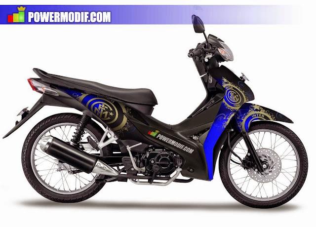 Foto Modifikasi Honda Revo dengan modif minimalis paduan warna hitam dan biru yang sangat cocok untuk dipadukan serta ditambah aksesoris stiker gambar bintang pada bagian bodi motor ban diubah dengan jenis ban tahu jari-jari dibua rapat lurus terlihat bersih dan elegan serta menggunakan knalpot racing