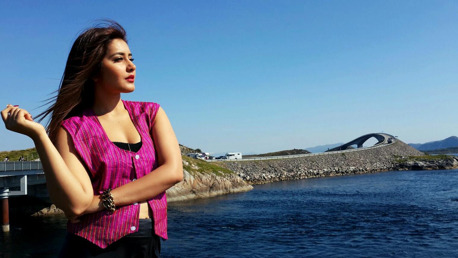South Indian Hot Girl Rashi Khanna Beautiful Face Wallpapers