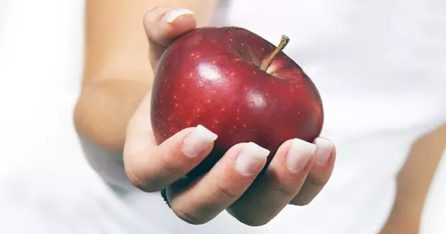 يد تقدم تفاحة