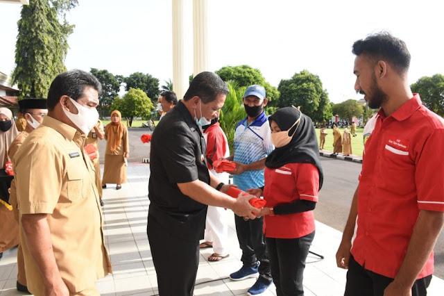 Ansar Daaly  dan Ali Dukomalamo Serahkan 79 Paket Bantuan Untuk Atlet dan Pelatih.lelemuku.com.jpg