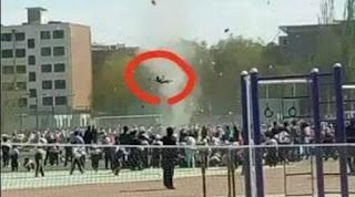 Anak Kecil Diterbangkan Angin Tornado Di China