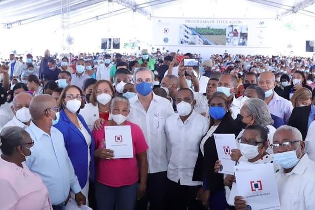Presidente Abinader entrega 985 certificados de títulos de propiedad en Nigua, San Cristóbal