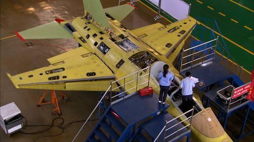 الصين تكشف النقاب عن طائرتها الهجومية الجديدة من طراز L-15B Chinese%2BHongdu%2BL-15%2BProduction%2Bline%2B4