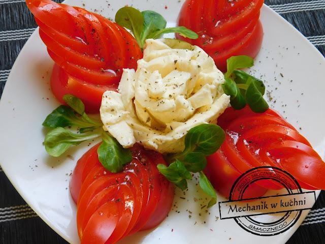 Sałatka salat salad kwiat caprese z pomidorów i mozzarelli mozareli bazylia olej rzepakowy kwiat róży z sera pomysł na sałatkę inspiracja bloger kulinarny męski blog logo baner stempel aukcje allegro roszponka