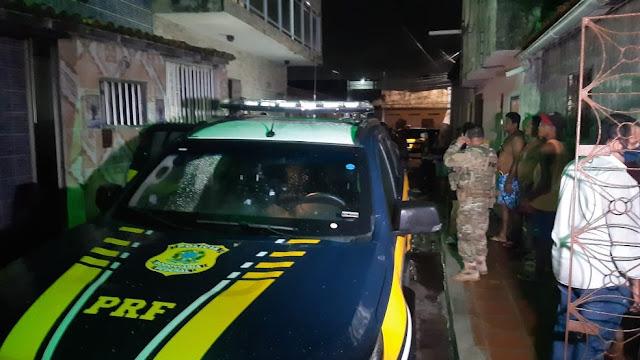 Homem troca tiros com polícia, faz família de PM refém e é preso em Natal
