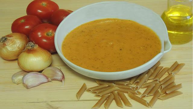Hoy de receta vamos a preparar una salsa de tomate casera que combina a la perfección con muchos platos como unas albóndigas, pasta o incluso un huevo frito con patatas, hay mil manera de complementar esta rica salsa casera. ¡Qué rica!