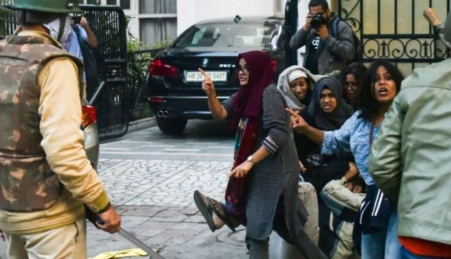 Wanita berjilbab jari menjadi simbol protes India