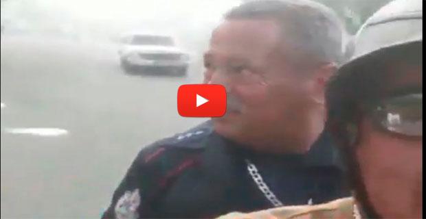 Bombero llega en Moto-Taxi a apagar un incendio porque no tienen vehículos funcionando