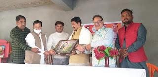 एमएलसी चुनाव कार्यक्रम में सांसद को रवि गुप्ता ने अंग वस्त्र ओढ़ाकर स्मृति चिन्ह भेंट की