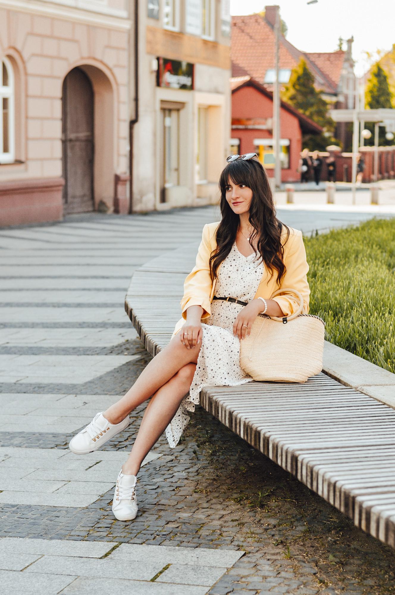 Letnia stylizacja 2021 sukienka w groszki